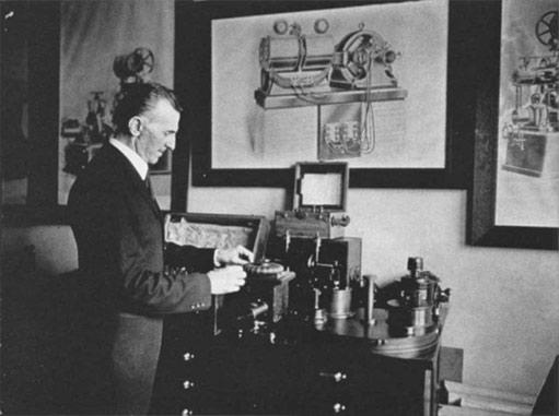 Nikola Tesla mostrando uno de sus inventos