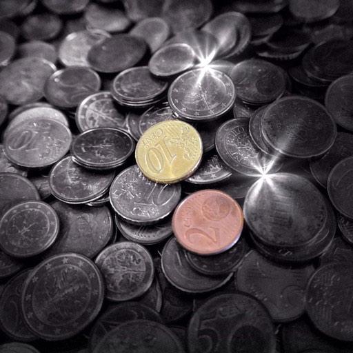 Monedas limpias en vaso con vinagre