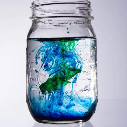Tarro con agua y colorante