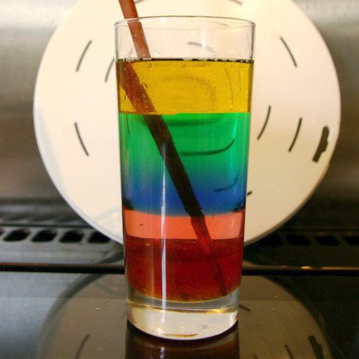 Torre de líquidos de colores en vaso